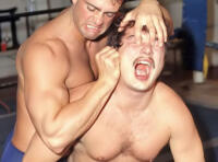 Lutteurs nus musclés en plein combat gay