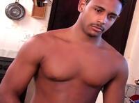 Sexe bareback et fellation dans la cuisine pour un couple de beaux mecs gays autoreverse !