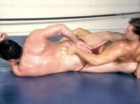 Video lutteurs nus : deux sportifs gays musclés en plein combat